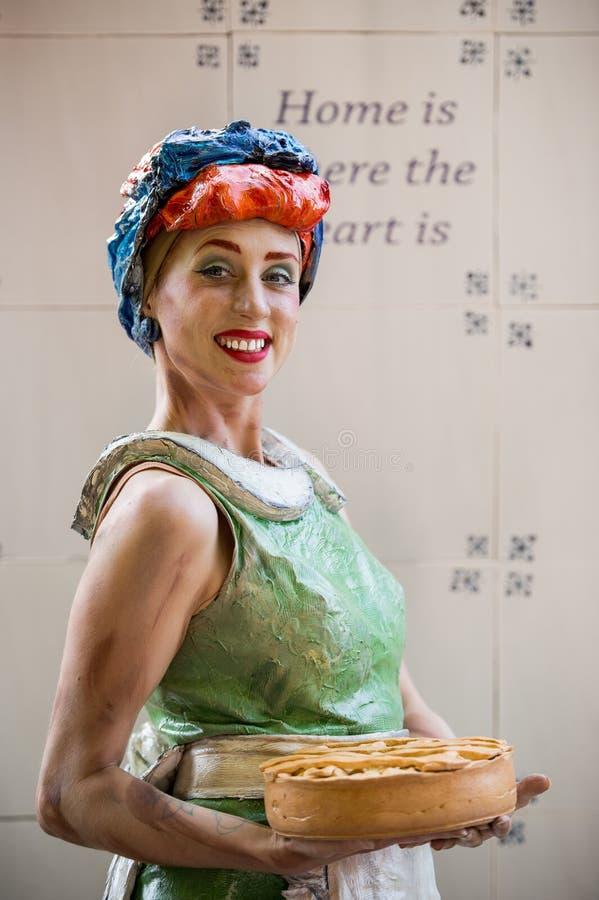 Portret dziewczyna Holenderski artysty spełnianie podczas Międzynarodowego festiwalu Żywe statuy, Bucharest, Rumunia, Czerwiec 20 obrazy royalty free