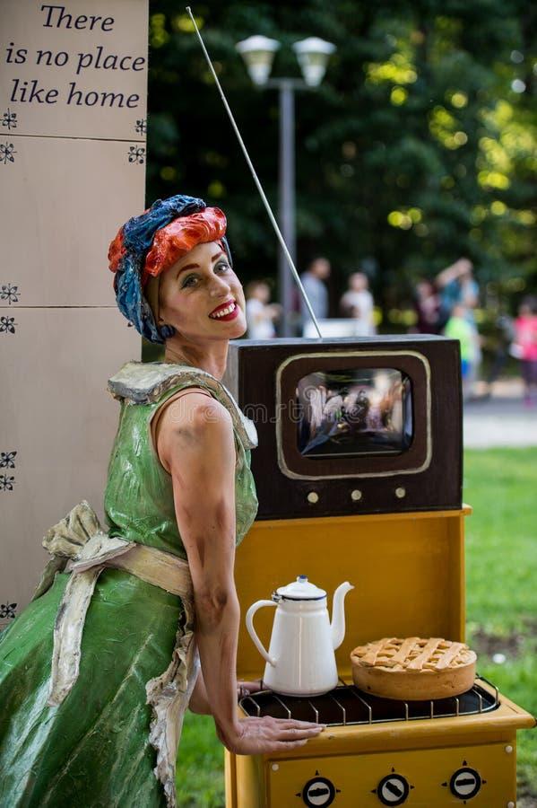 Portret dziewczyna Holenderski artysty spełnianie podczas Międzynarodowego festiwalu Żywe statuy, Bucharest, Rumunia, Czerwiec 20 obraz royalty free