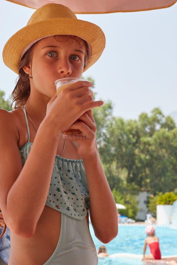 Portret dziewczyna jest drinkig świeżym sokiem, lato góry landsc zdjęcie royalty free