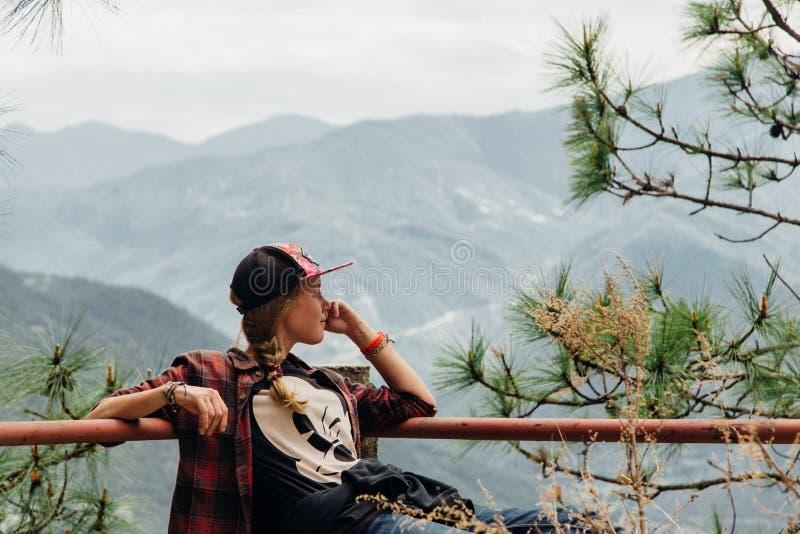 Portret dziewczyna jest przyglądającym góry widokiem zdjęcie royalty free