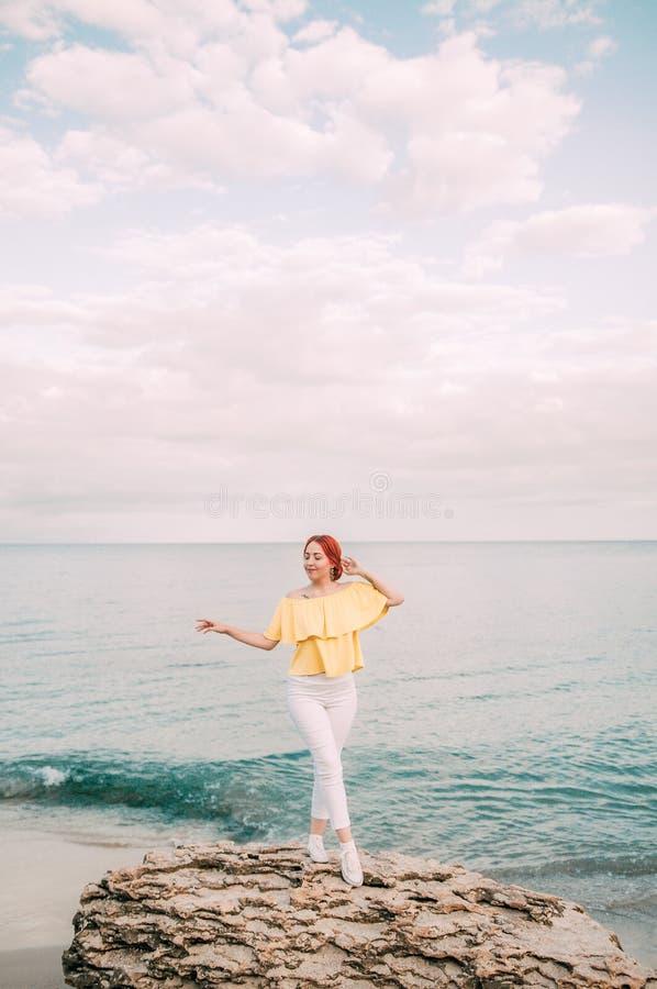 Portret dziewczyna na morze plaży w eleganckiej odzieży, elegancka odzież, skóry opieka, brunetka modniś cieszy się dennej, szczę zdjęcie royalty free