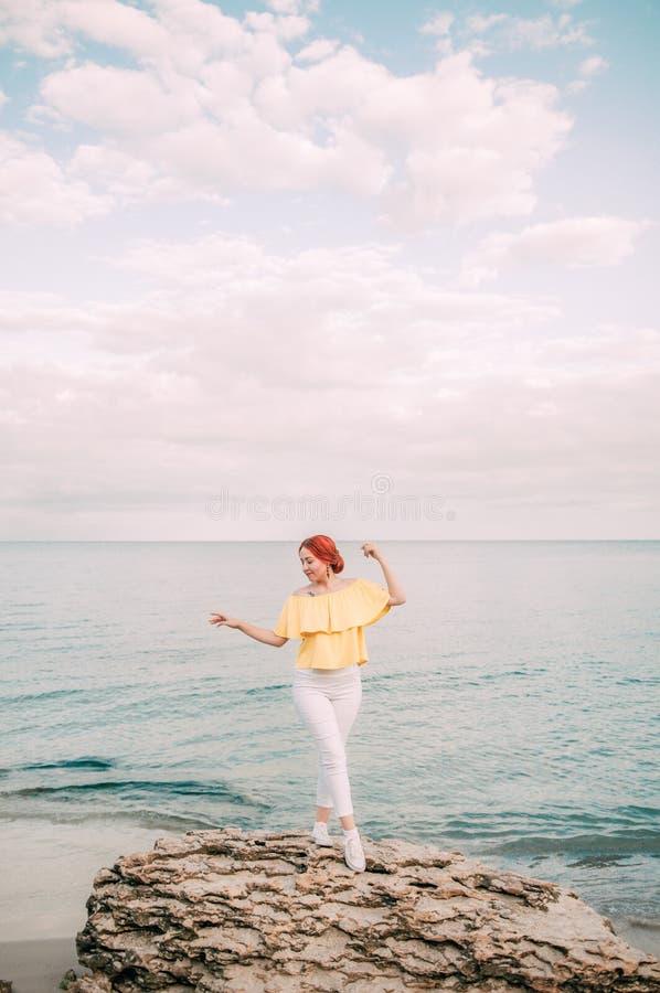 Portret dziewczyna na morze plaży w eleganckiej odzieży, elegancka odzież, skóry opieka, brunetka modniś cieszy się dennej, szczę zdjęcia royalty free