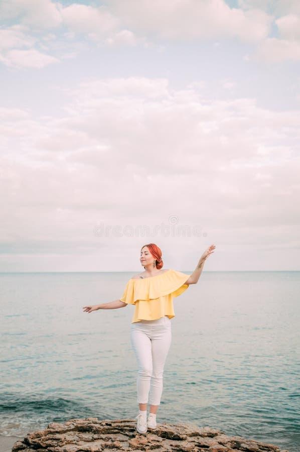 Portret dziewczyna na morze plaży w eleganckiej odzieży, elegancka odzież, skóry opieka, brunetka modniś cieszy się dennej, szczę obraz royalty free