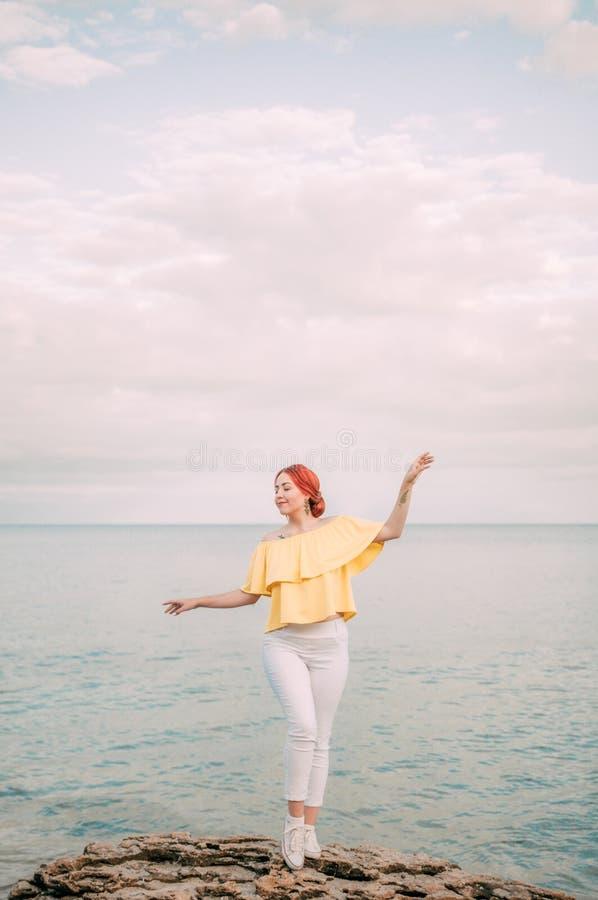 Portret dziewczyna na morze plaży w eleganckiej odzieży, elegancka odzież, skóry opieka, brunetka modniś cieszy się dennej, szczę fotografia stock
