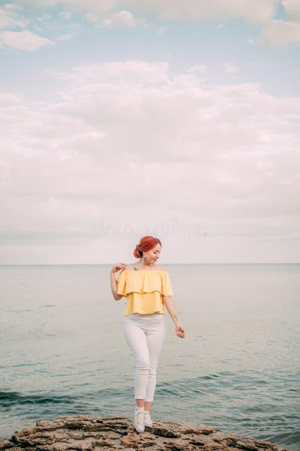 Portret dziewczyna na morze plaży w eleganckiej odzieży, elegancka odzież, skóry opieka, brunetka modniś cieszy się dennej, szczę obrazy stock