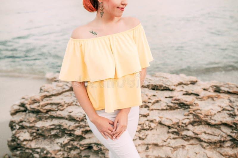 Portret dziewczyna na morze plaży w eleganckiej odzieży, elegancka odzież, skóry opieka, brunetka modniś cieszy się dennej, szczę fotografia royalty free