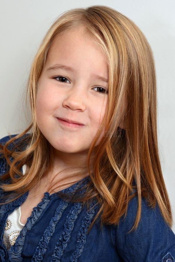 Portret dziewczyna smirking troszkę obraz royalty free