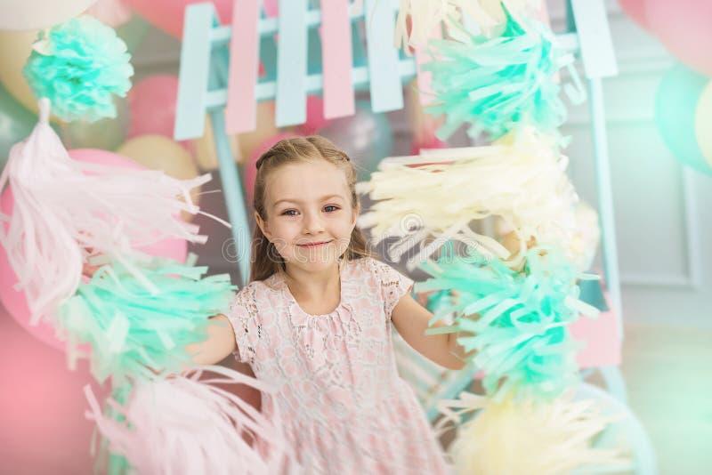 Portret dziewczyna troszkę trzyma kolorowe girlandy fotografia royalty free