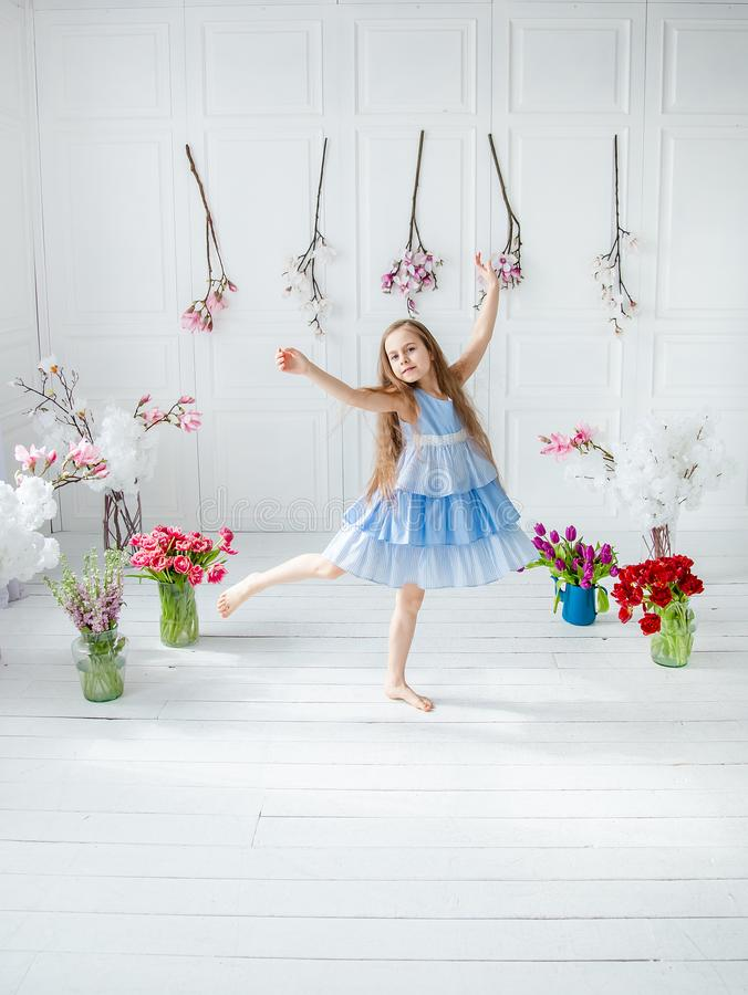 Portret dziewczyna wśród wiosny piękna błękitnooka dziewczyna, troszkę kwitnie w jaskrawym pokoju zdjęcia stock