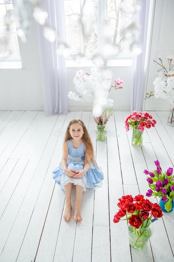 Portret dziewczyna wśród wiosny piękna błękitnooka dziewczyna, troszkę kwitnie w jaskrawym pokoju obrazy royalty free