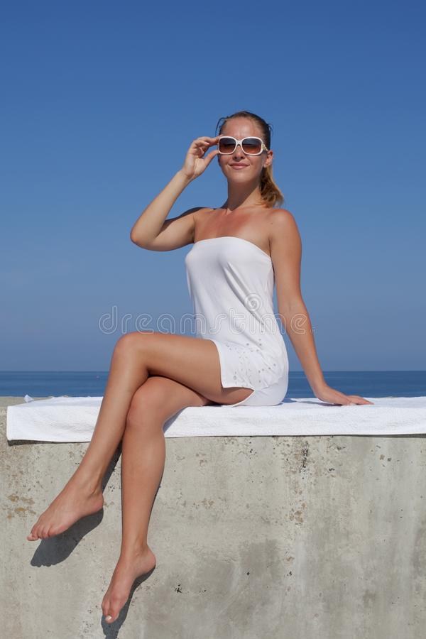 Portret dziewczyna w bielu skr?tu sukni zdjęcia royalty free