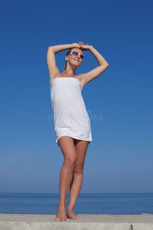 Portret dziewczyna w bielu skr?tu sukni zdjęcie royalty free