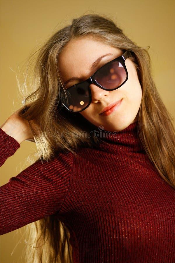 Portret dziewczyna w czarnych szkłach i zmroku - czerwieni suknia zdjęcia royalty free
