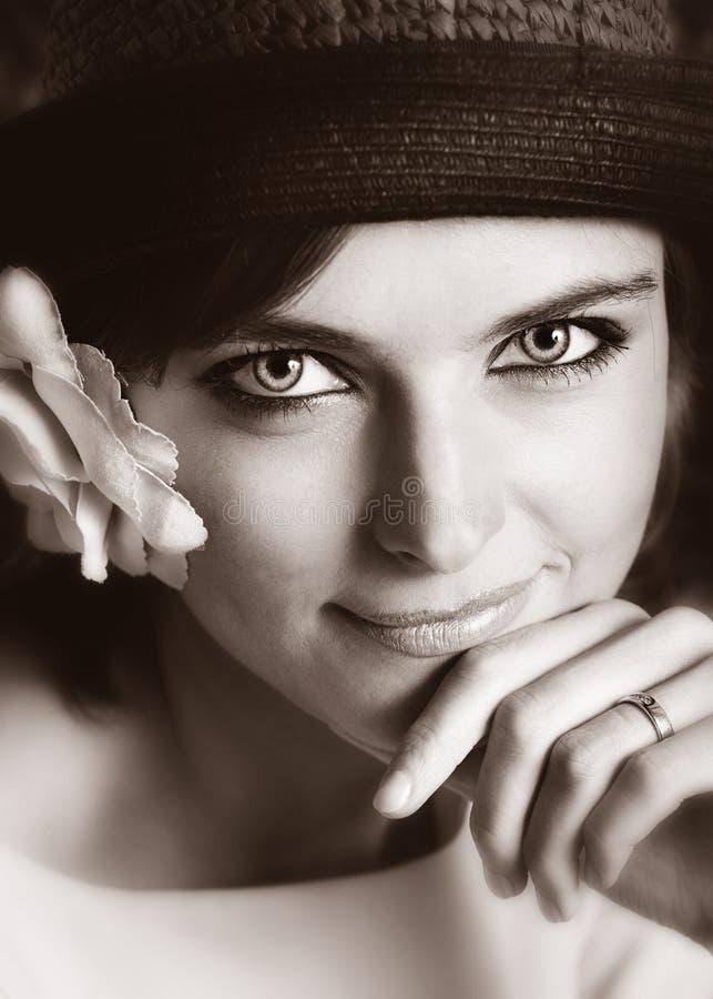 Portret dziewczyna w kapeluszu z kwiatem. fotografia stock