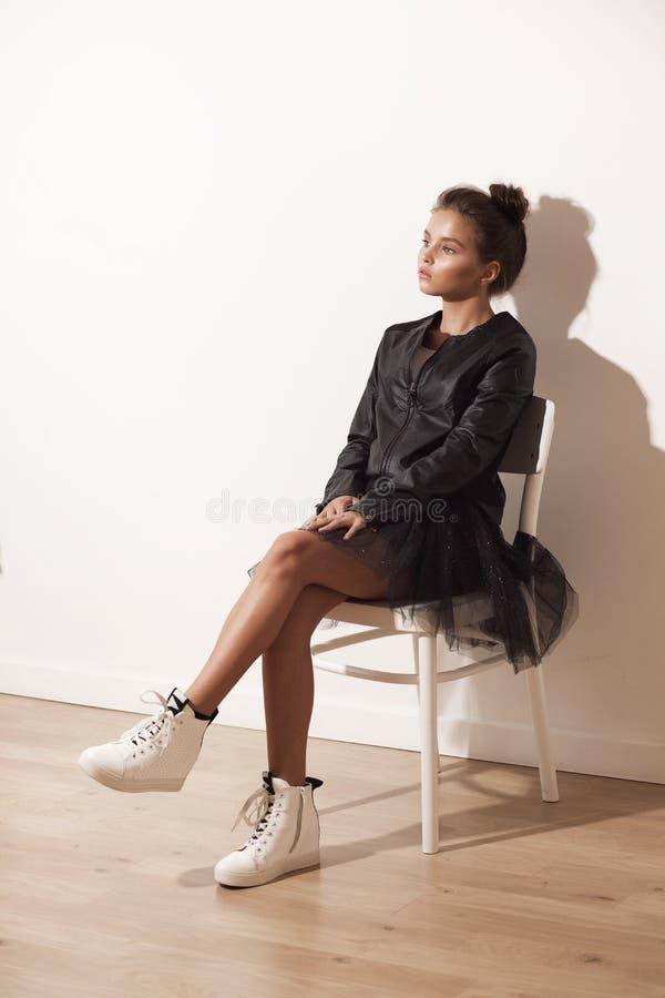 Portret dziewczyna w modnych ubraniach pełny wzrost obrazy royalty free