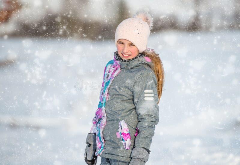 Portret dziewczyna w narciarskim stroju przy zimą zdjęcie royalty free