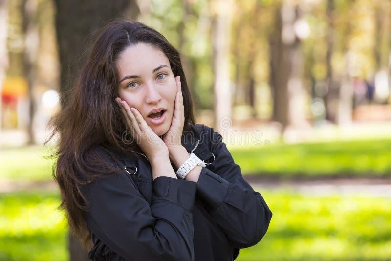 Portret dziewczyna w parku obraz stock