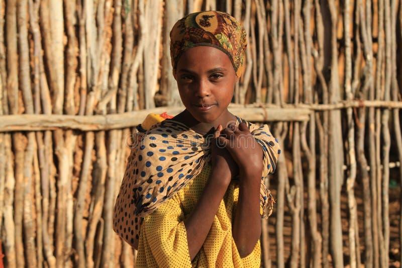 Portret dziewczyna w poszukiwaniu wody przy wschodem słońca Etiopia zdjęcia stock