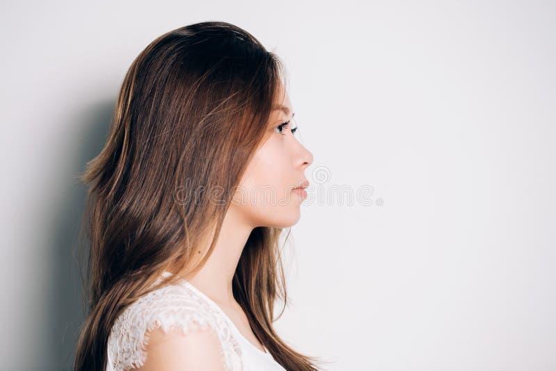 Portret dziewczyna w profilu Piękna kobieta czystą przygotowywającą skórę i tęsk prosty włosy W górę portreta a zdjęcia stock