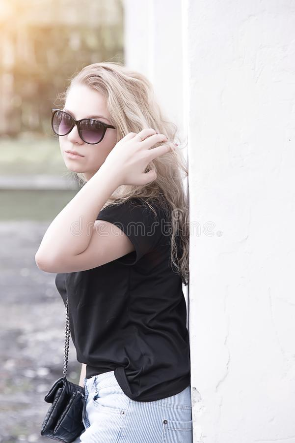 Portret dziewczyna w wieczór słońcu fotografia royalty free