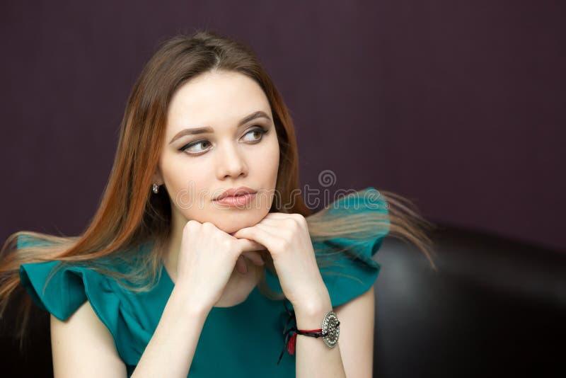 Portret dziewczyna z długim prostym włosy fotografia stock