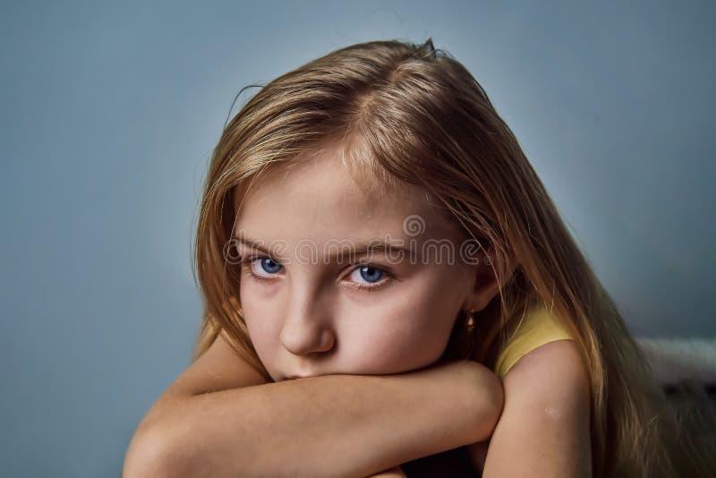 Portret dziewczyna z emocjami na ona twarz zdjęcia royalty free
