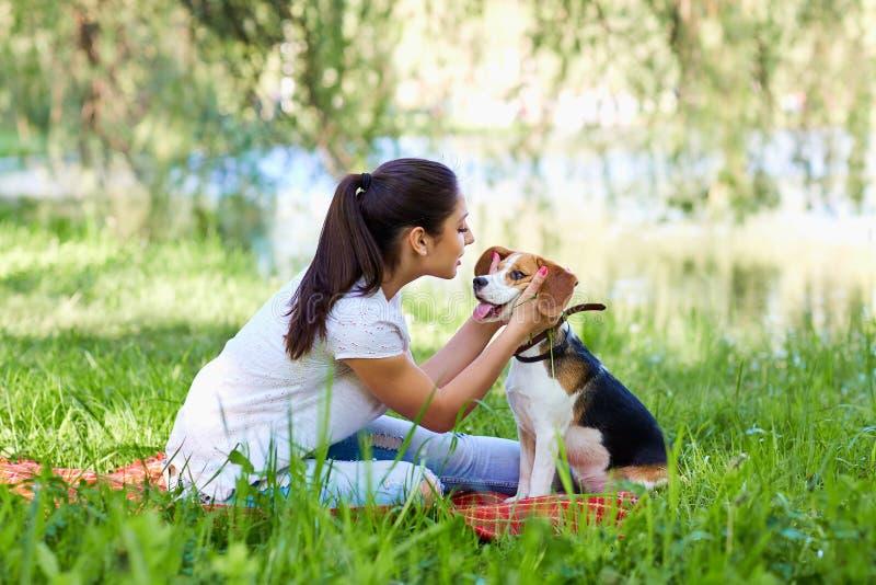 Portret dziewczyna z jej pięknym psim obsiadaniem outdoors obrazy royalty free