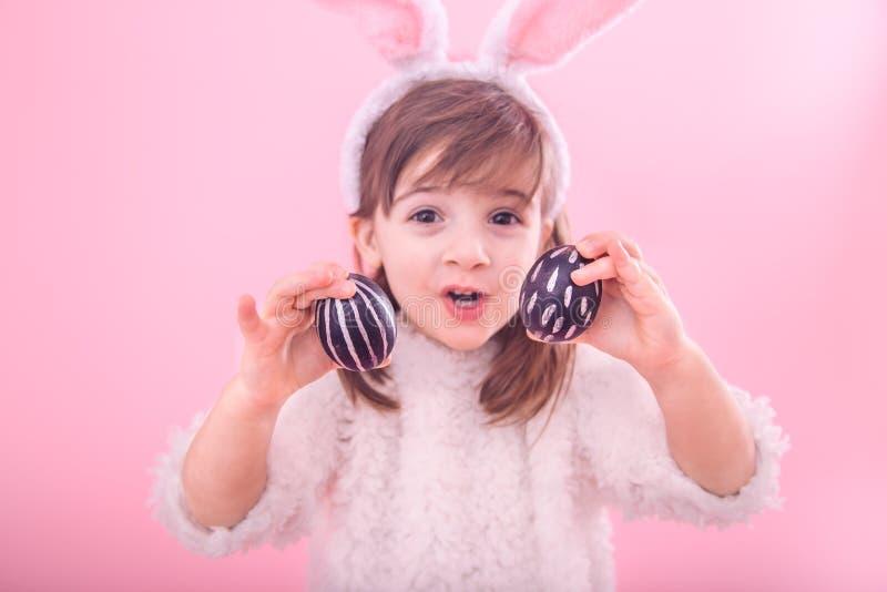 Portret dziewczyna z królików ucho i Wielkanocnymi jajkami troszkę fotografia stock