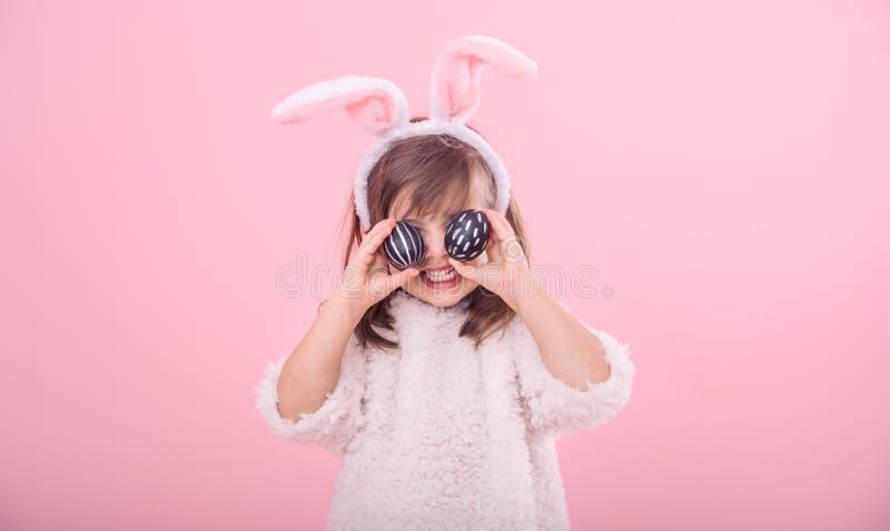 Portret dziewczyna z królików ucho i Wielkanocnymi jajkami troszkę fotografia royalty free
