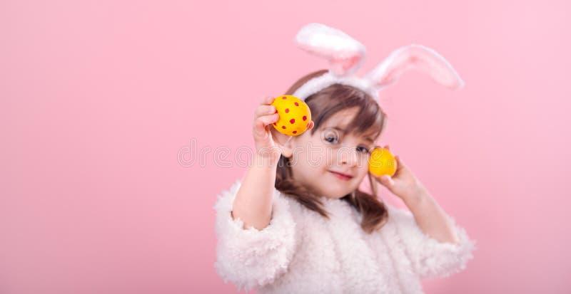 Portret dziewczyna z królików ucho w Wielkanocnymi jajkami troszkę obrazy stock