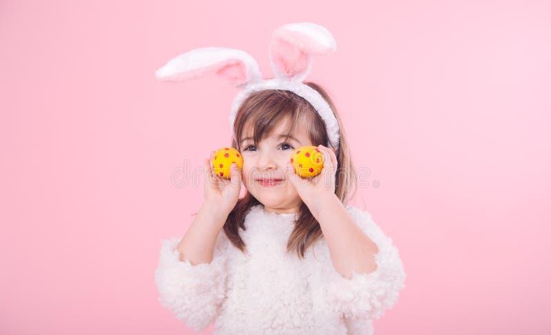 Portret dziewczyna z królików ucho w Wielkanocnymi jajkami troszkę obrazy royalty free