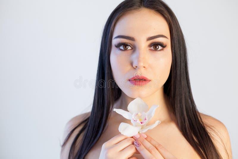 Portret dziewczyna z kwiatu zdroju skóry Storczykową opieką obrazy stock