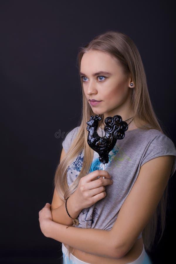 Portret dziewczyna z lizakiem na czarnym tle zdjęcie royalty free