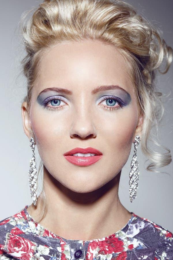 Portret dziewczyna z pięknym tomowym włosy fotografia royalty free