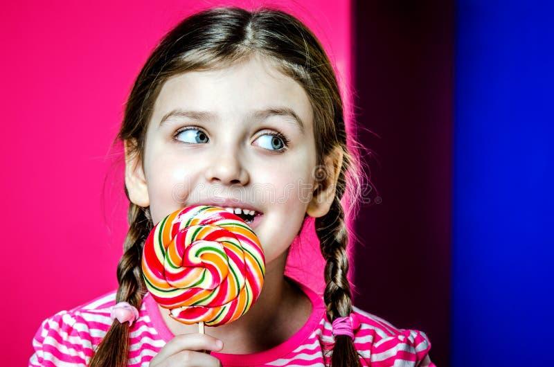 Portret dziewczyna z pięknymi dużymi oczami troszkę zdjęcia stock