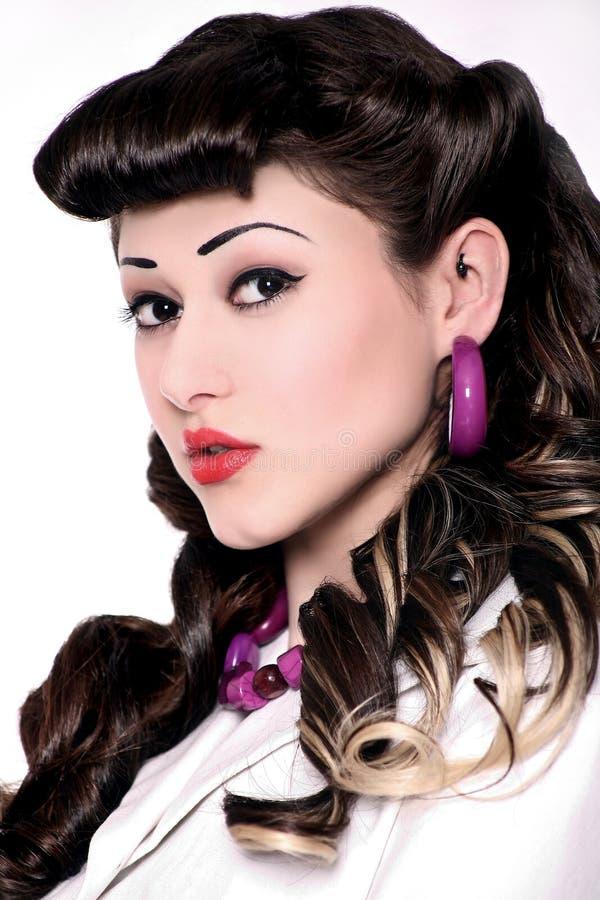 Portret dziewczyna z szpilki uczesaniem i makijażem obraz royalty free
