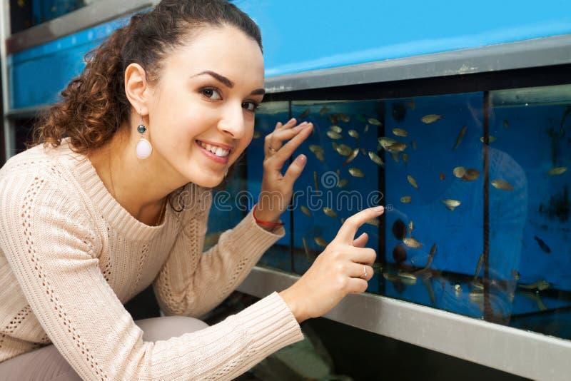 Portret dziewczyny dopatrywania ryba fotografia royalty free