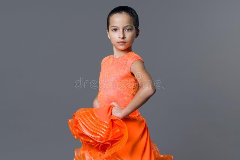 Portret dziewczyny dziecka 9-10 lat tancerz Bawi się tana towarzyskiego, latynos obraz royalty free