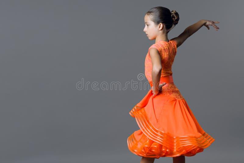 Portret dziewczyny dziecka 9-10 lat tancerz Bawi się tana towarzyskiego, latynos obrazy stock