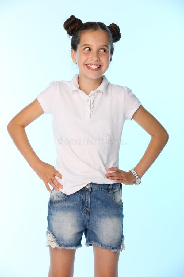 Portret dziewczyny 12 lat uśmiecha się zabawę i ma troszkę obraz royalty free