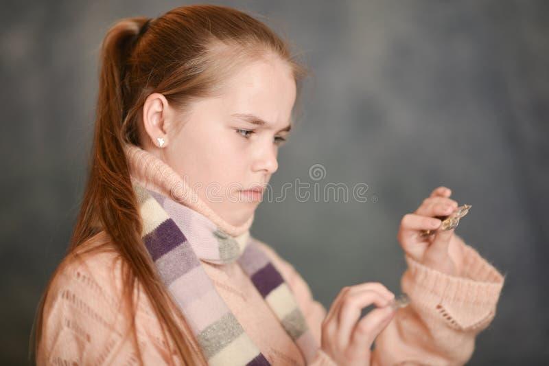 Portret dziewczyny mienia ?liczne chore medycyny obraz royalty free
