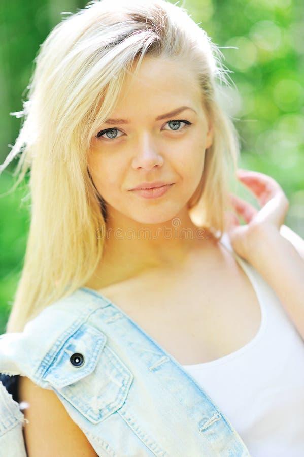 Portret dziewczyny piękny zbliżenie obrazy royalty free