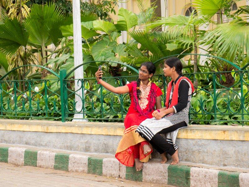 Portret dziewczyny tradycjonalnie ubierał brać selfie na smartphone obraz royalty free