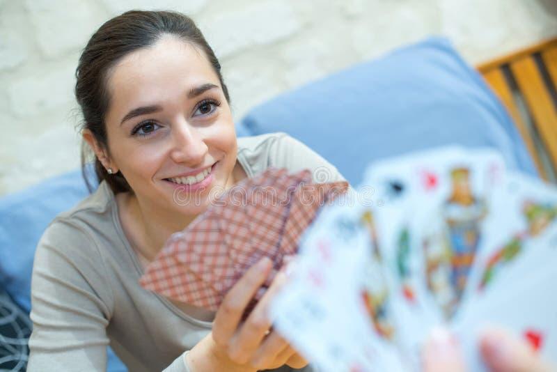 Portret dziewczyny uśmiechnięci karta do gry zdjęcia royalty free