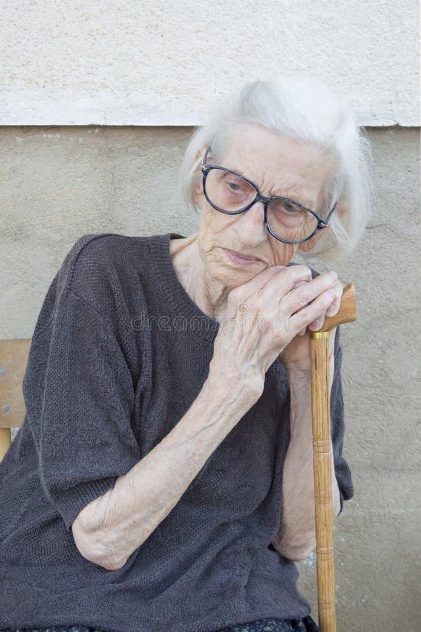 Portret dziewiećdziesiąt lat babci opiera na odprowadzeniu stic obrazy stock