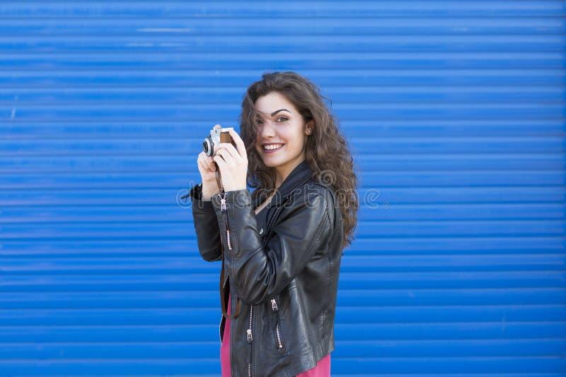 Portret een jonge mooie vrouw die een uitstekende camera over B houden royalty-vrije stock fotografie