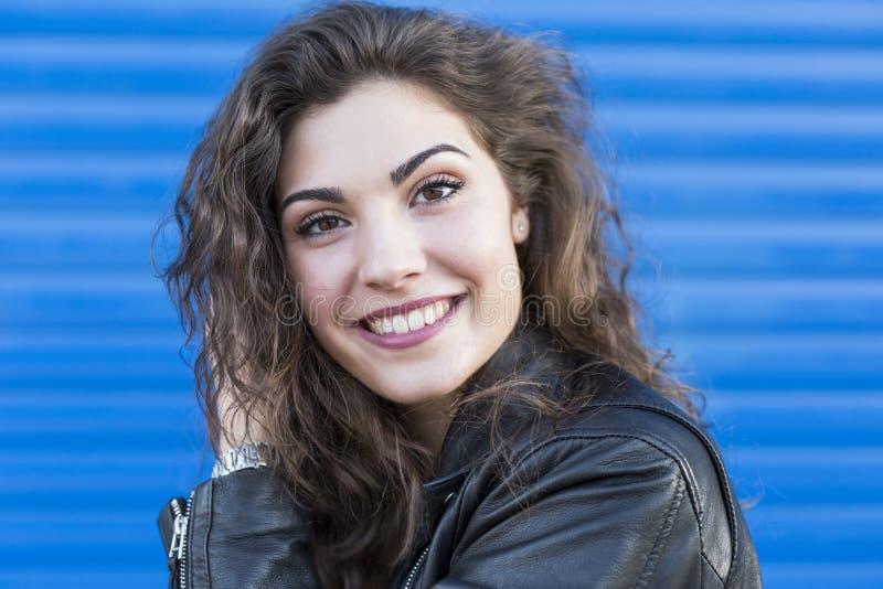 Portret een jonge mooie vrouw over blauwe achtergrond royalty-vrije stock afbeelding