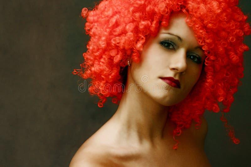 Portret in een rode pruik royalty-vrije stock foto's