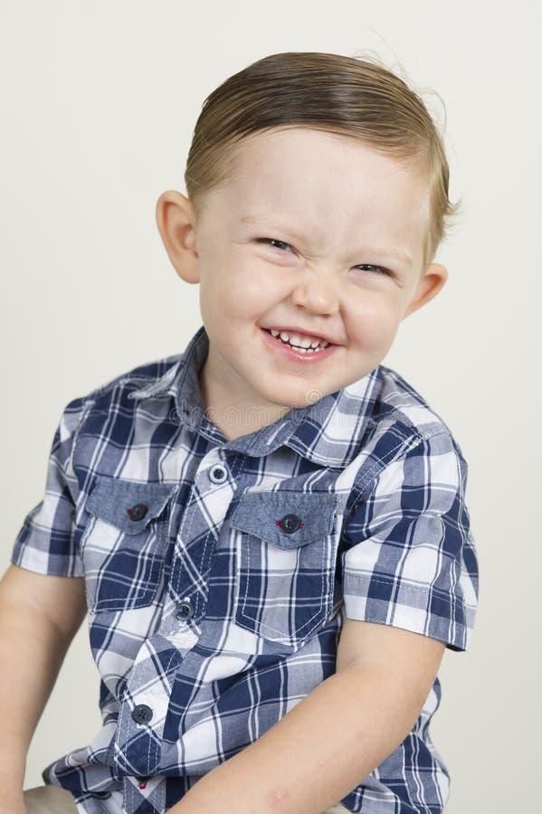 Portret ekspresyjna piękna blondynki chłopiec obraz stock