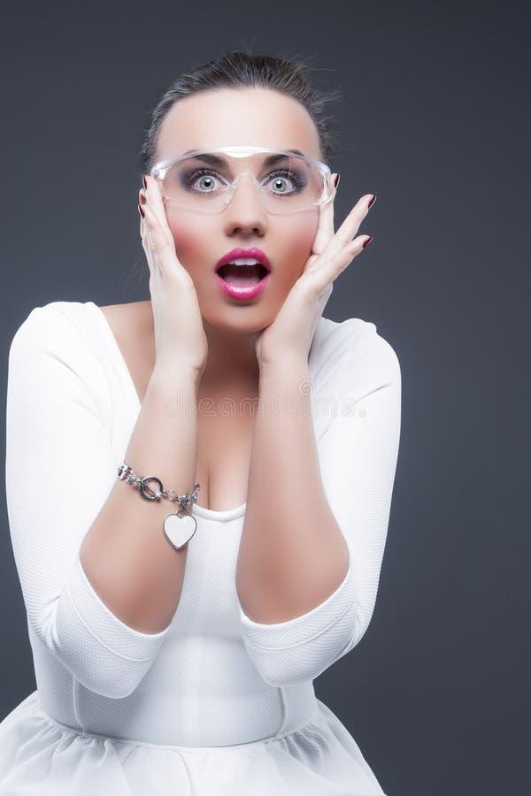 Portret Ekspresyjna Zdziwiona Kaukaska brunetki kobieta Z Oba rękami Podnosił Blisko twarzy obraz stock